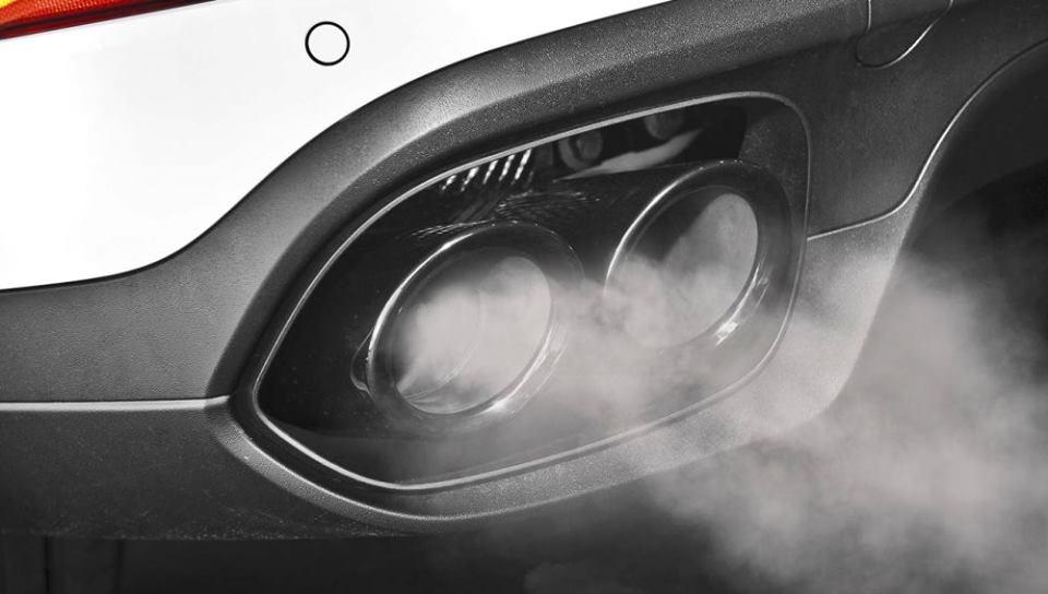Foto del escape de humos de un coche en Cieza.